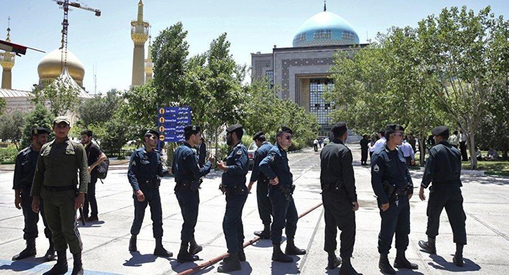Иранские полицейские у мавзолея имама Хомейни в Тегеране, 7 июня 2017 года