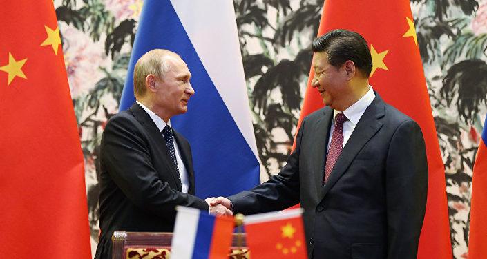 Президент России Владимир Путин (слева) и его китайский коллега Си Цзиньпин. Архивное фото
