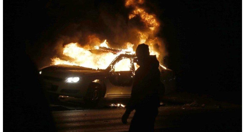 Архивное фото горящего авто