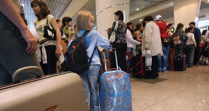 Люди с багажом в аэропорту, архивное фото
