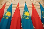 Флаги Казахстана и Китая