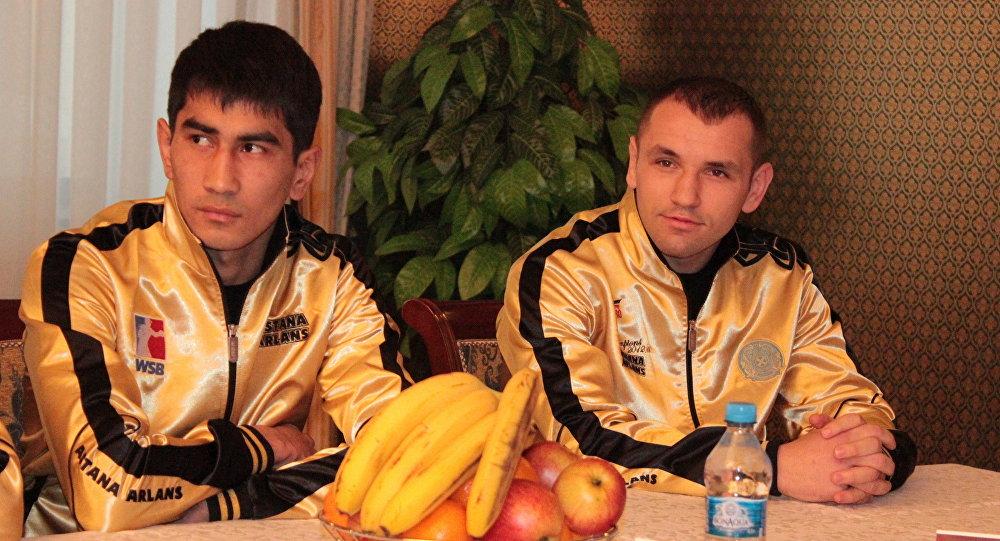 Участник казахстанского боксерского клуба Astana Arlans Асланбек Шымбергенов (слева)