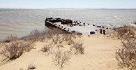 Заброшенное судно лежит между береговой линией Аральского моря и песчаными дюнами, архивное фото