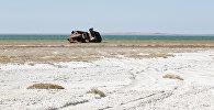 Заброшенный корабль на засоленной части Аральского побережья моря