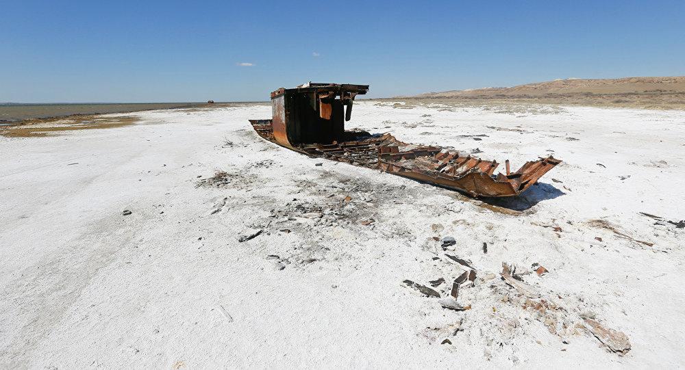 Разрушенный корабль лежит на засоленной части Аральского побережья моря недалеко от местного поселка