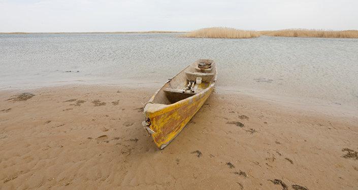 Лодка на берегу Аральского моря, архивное фото