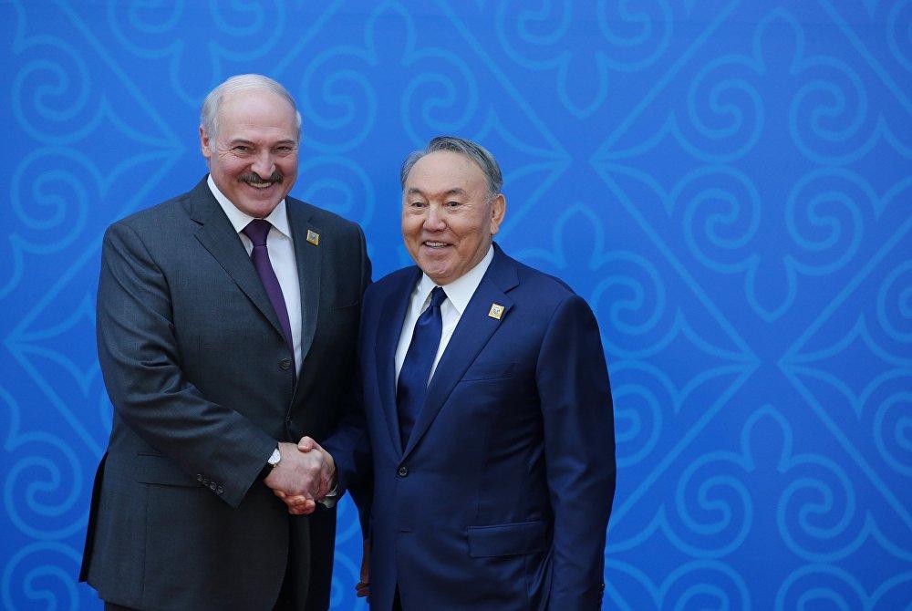 Президент Беларуси Александр Лукашенко (слева) и президент Казахстана Нурсултан Назарбаев