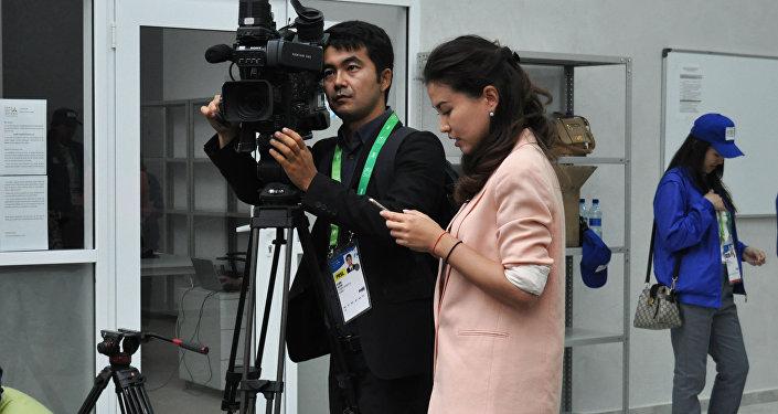 Журналисты работают в пресс-центре выставки ЭКСПО