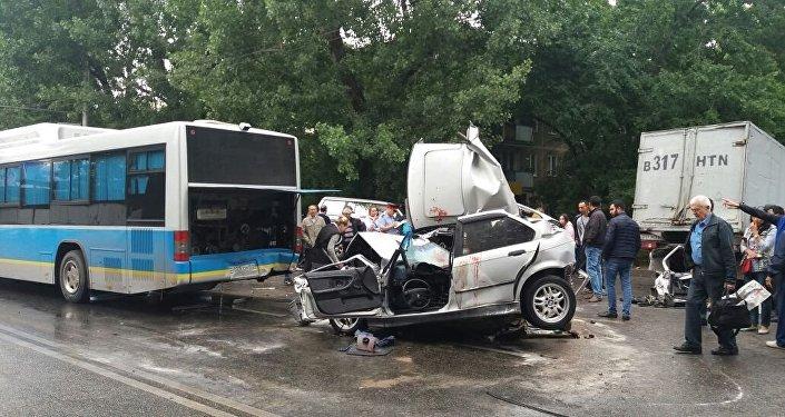 Массовое ДТП в Алматы: столкнулись два автобуса и четыре машины