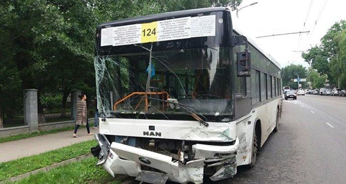 Столкнулись два автобуса и четыре машины в Алматы