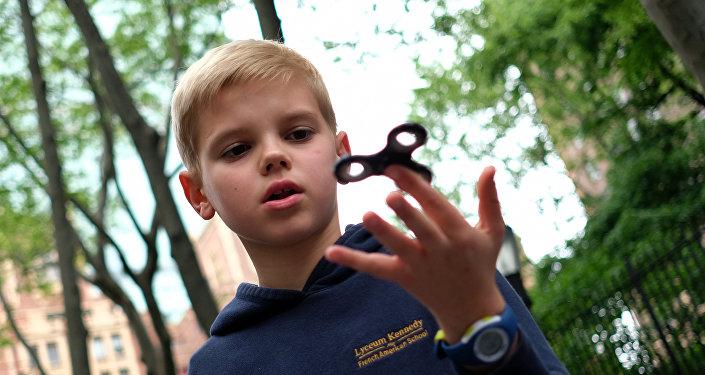 Мальчик играет со спиннером, архивное фото