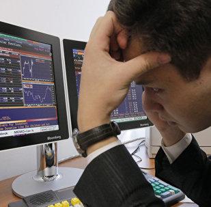 Архивное фото работника валютной биржи