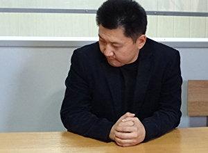 Подсудимый учитель физики карагандинской школы № 86 Юрий Пак и его адвокат во время судебного процесса