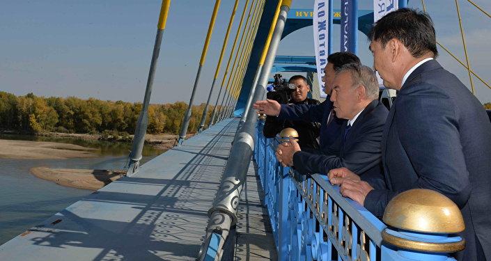 Фото посещения Нурсултаном Назарбаевым моста через реку Иртыш в Павлодаре