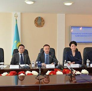 Заместитель генерального прокурора Казахстана Андрей Кравченко (в центре) на брифинге в Актобе