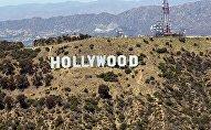Знаменитый знак Голливуда на фоне холма