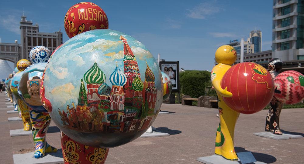 Инсталляция - фигура человека, который держит шар