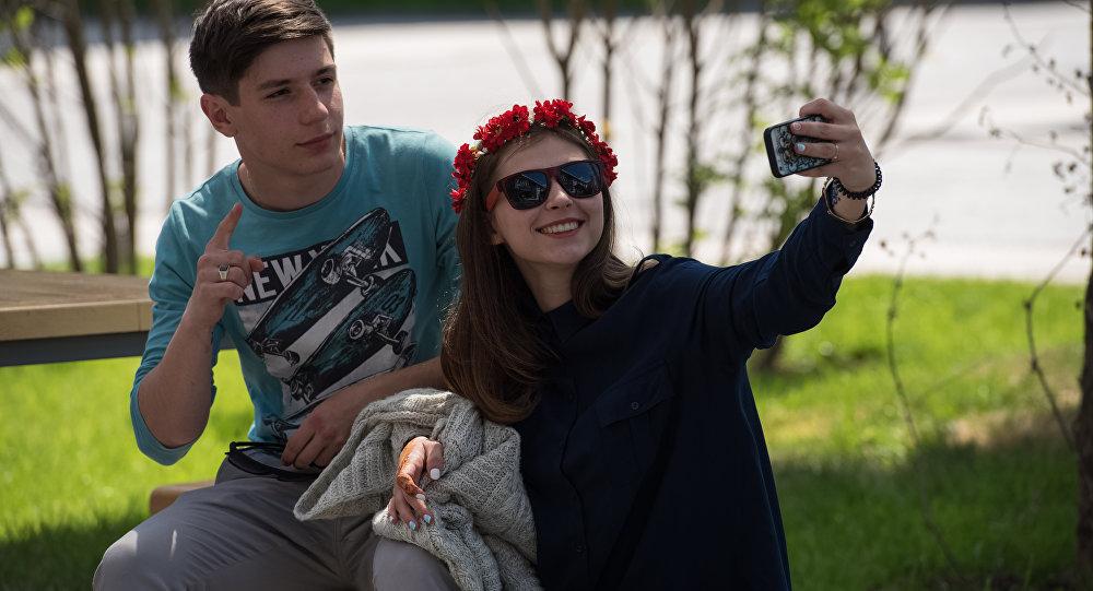 Молодые люди делают селфи