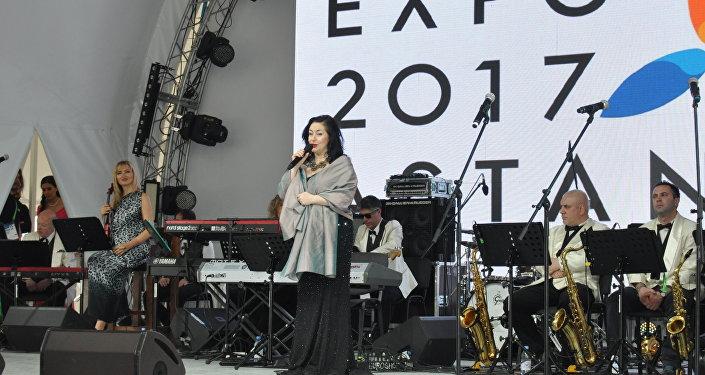Тамара Гвердцители выступает во время национального дня Грузии на ЭКСПО