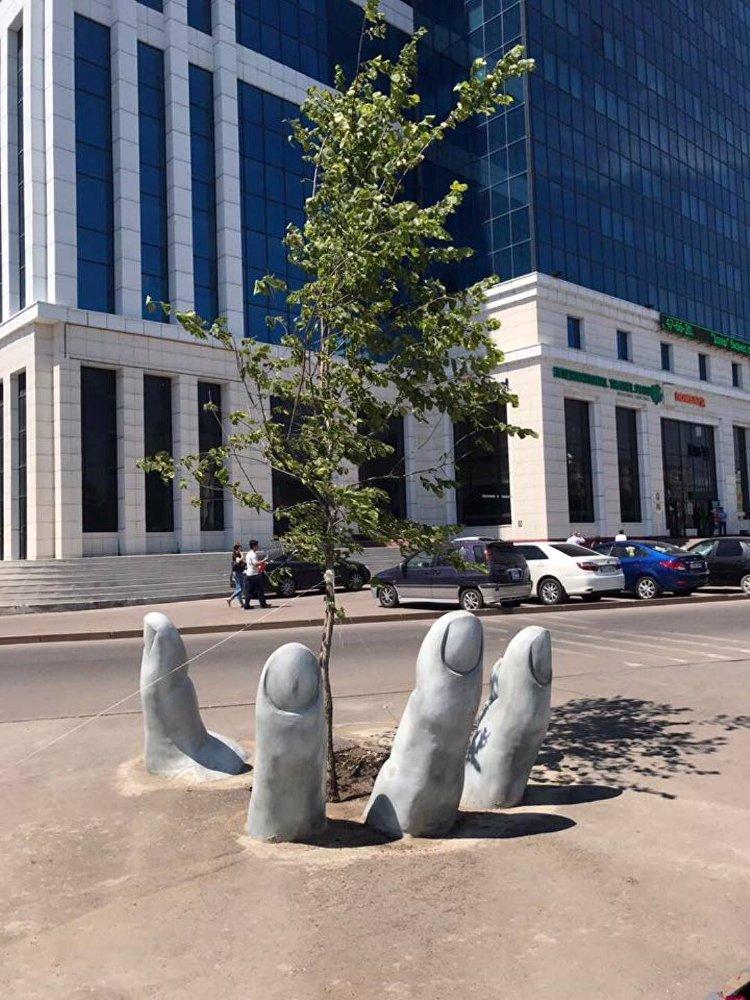 Скульптура в виде руки в Астане