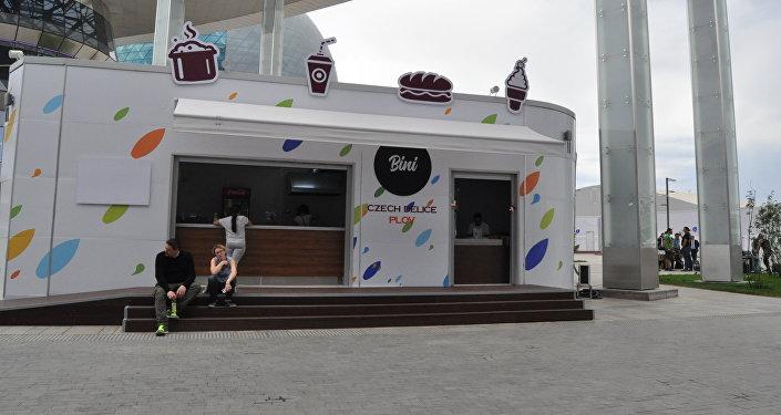 Посетители ЭКСПО возле кафе Чехии на ЭКСПО