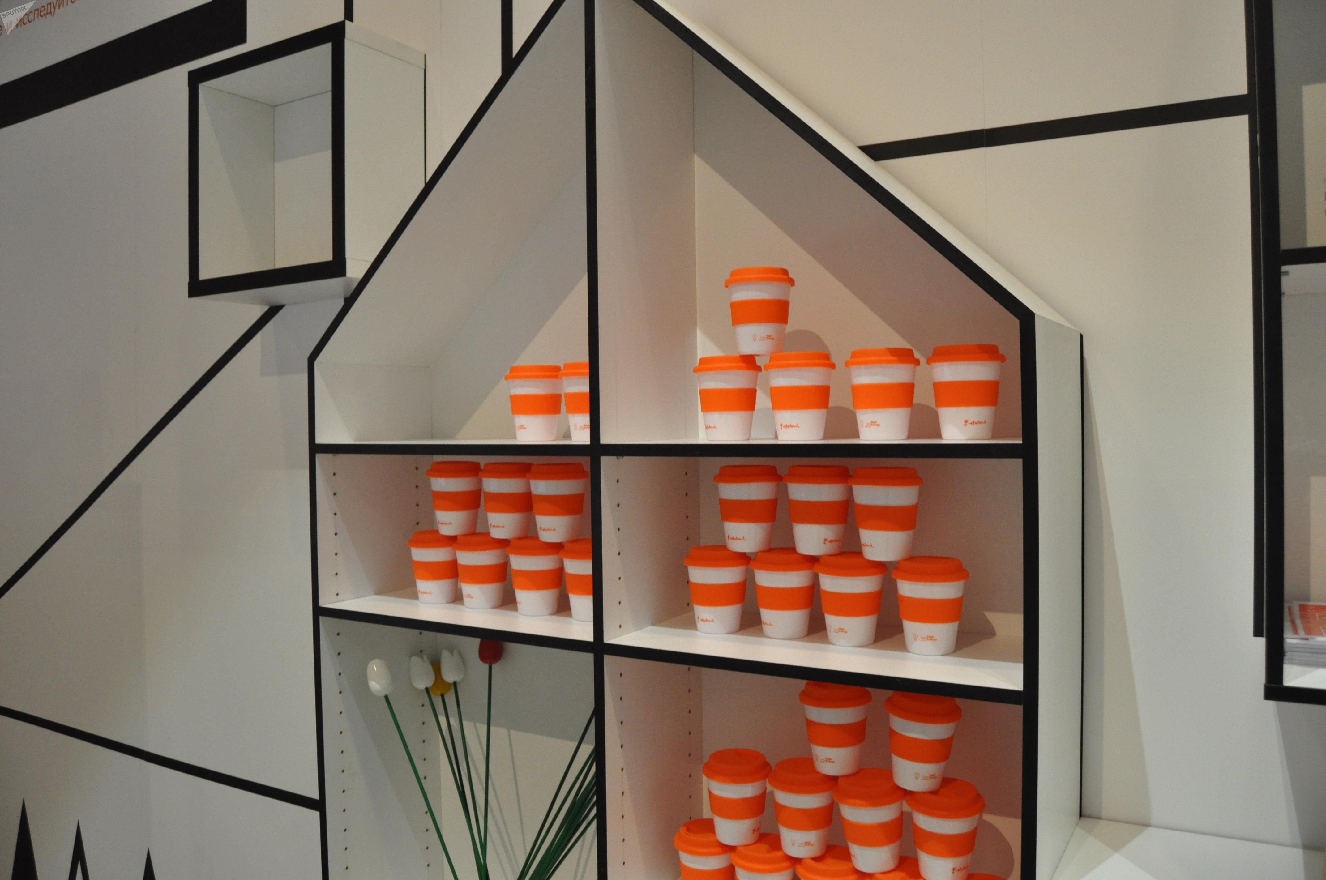 Многоразовые стаканчики для кофе в павильоне Голландии
