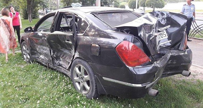 Nissan вылетел на тротуар и сбила пешехода в Алматы