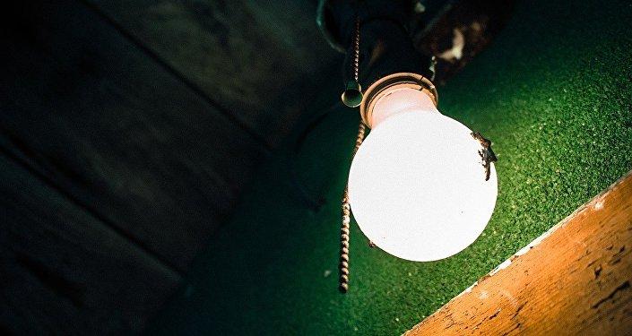 Горящая лампочка на зеленом фоне