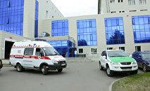 Автомобиль скорой помощи у НИИ травматологии и ортопедии
