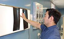 Травматолог рентген суретіне қарап тұр