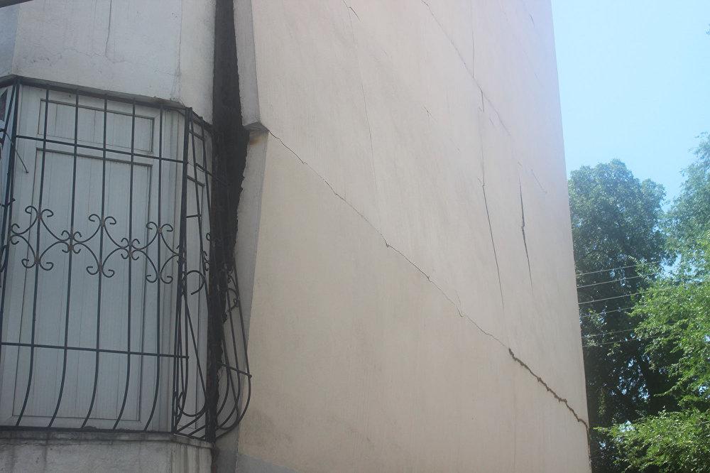 Трещина в стене жилого дома по улице Чернышевского в Алматы