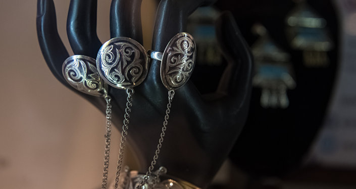 Ювелирные украшения в павильоне Кыргызстана на ЭКСПО