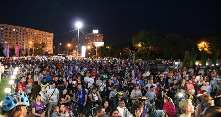 Участники ночного велопробега в Алматы