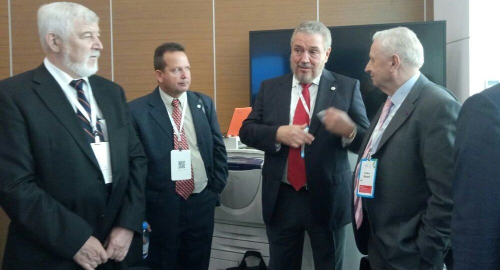 Фидель Кастро Диас-Баларт (третий слева)