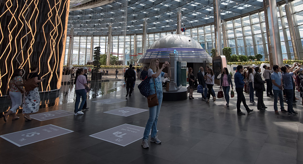 Посетители в национальном павильоне Казахстана на ЭКСПО