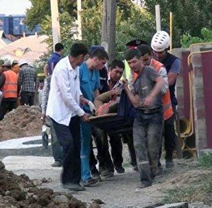Шымкентте кәріз жүйесін салып жатқан жұмысшылар үйінді астында қалып қойған
