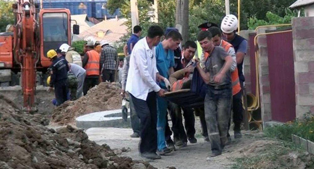 В Шымкенте грунтом завалило рабочих