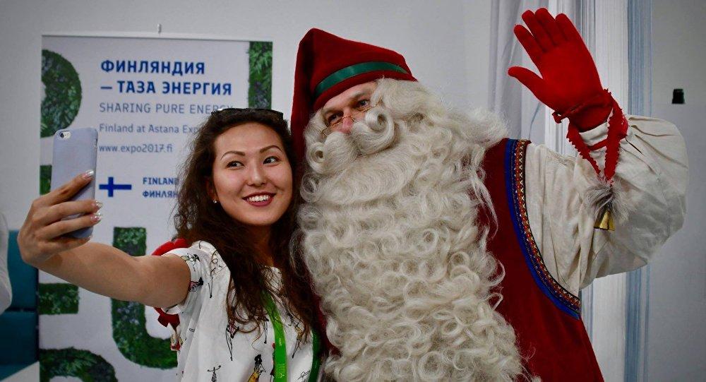 Финский Дед мороз Йолопукки вместе с посетителями ЭКСПО