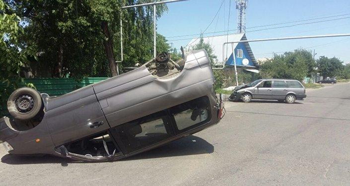 ДТП с перевернутым авто в Алматы