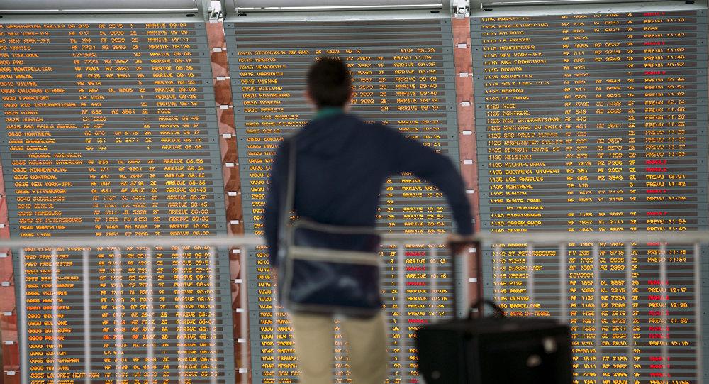 Пассажир в зале аэропорта, архивное фото