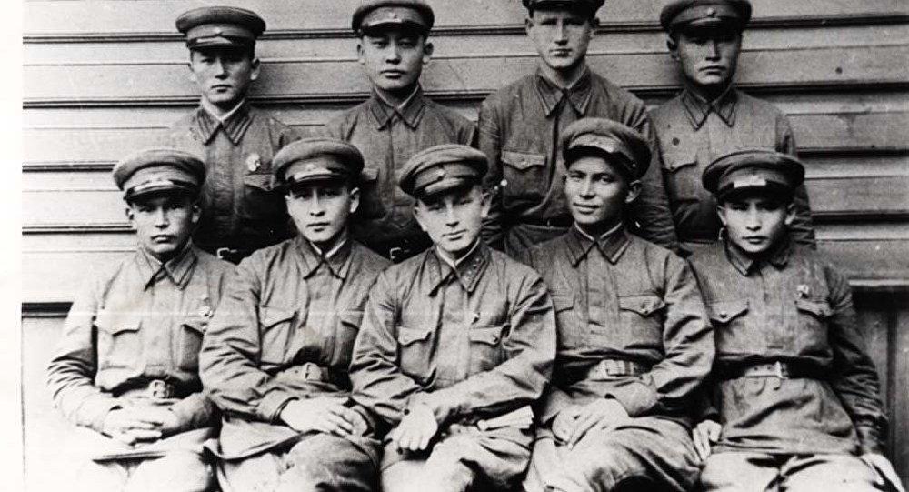 Уразбаев В.Б. с земляками-однополчанами - 1940г.