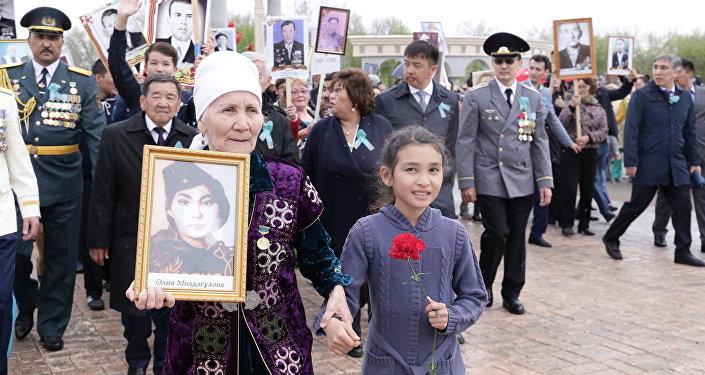 Шествие Бессмертный полк в Актобе, на фото родственница Алии Молдагуловой