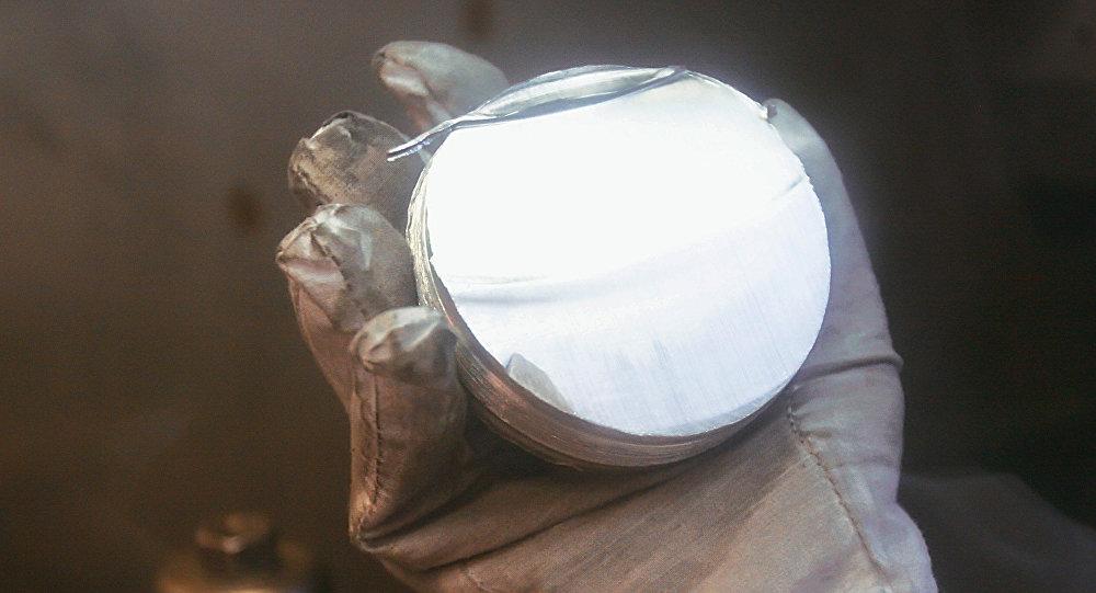 Обрезок слитка металлического лития, архивное фото
