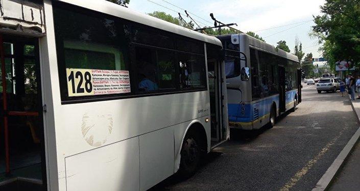 Автобус врезался в троллейбус в Алматы
