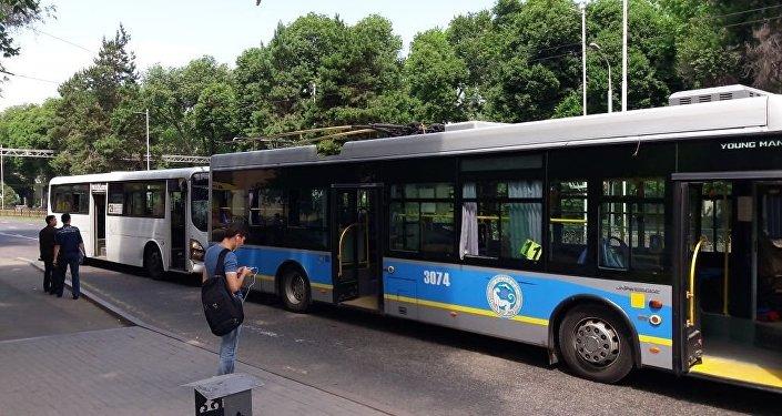 Автобус врезался в троллейбус, архивное фото