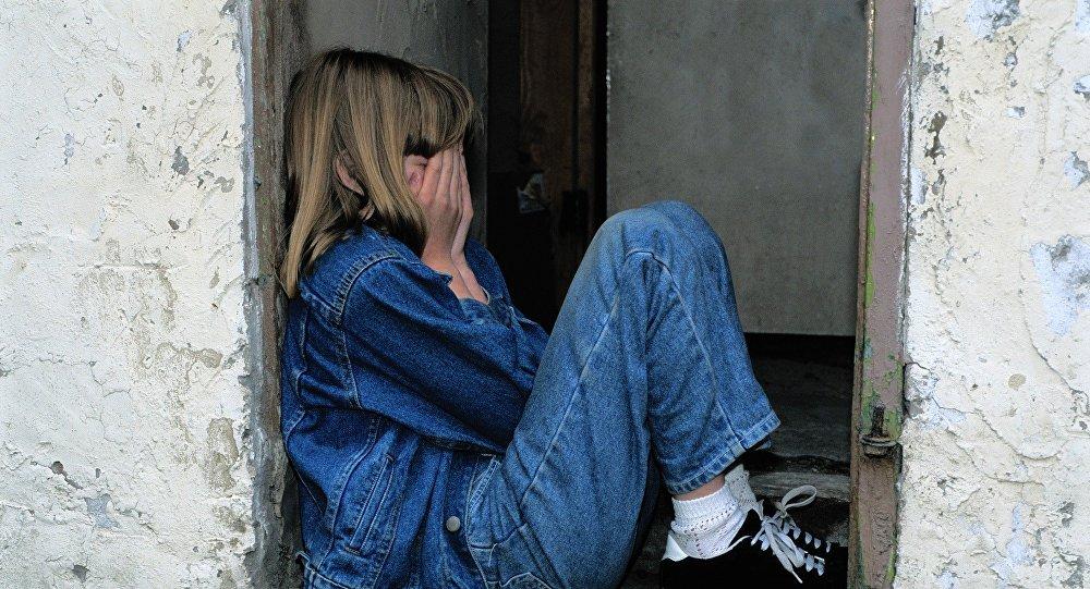 Девочка закрыла лицо руками, иллюстративное фото