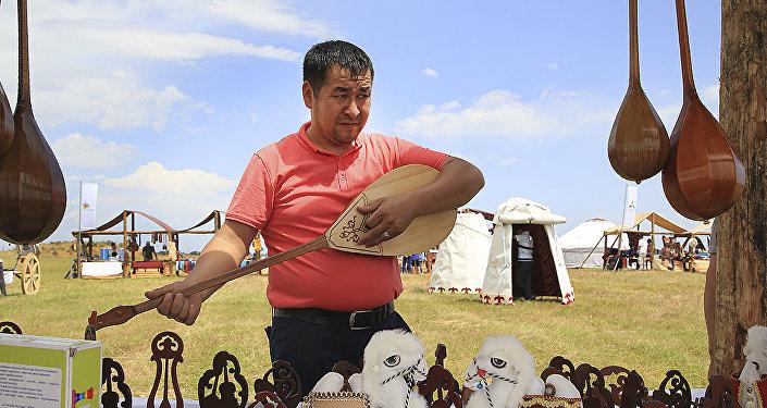 Мужчина играет на домбре, архивное фото