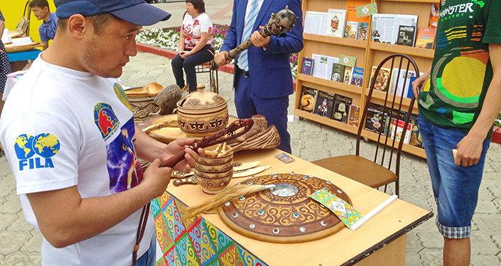 Изделия  из дерева, кожи, костей, керамики на ярмарке