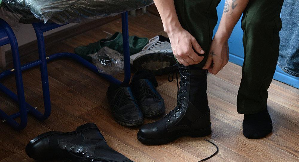 Архивное фото призывника, переодевающегося в военную форму