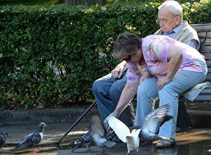 Архивное фото пожилых людей в парке на скамейке